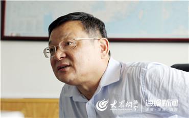 杨义堂在办公室接受大众网·海报新闻记者采访.jpg