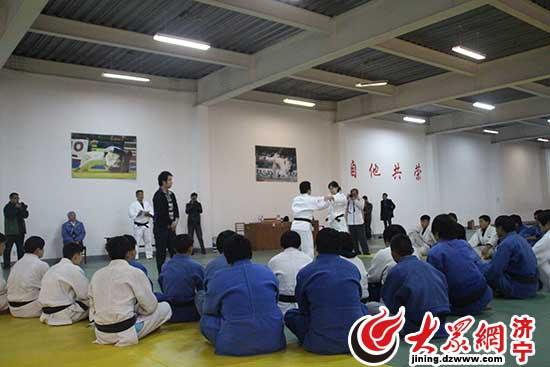 日本小松柔道队体校到济宁市教学交流教练苍云射箭
