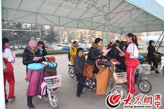 """""""24日上午9点左右,一群身穿校服的中学生正在济宁新世纪广场上向晨练图片"""