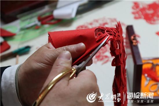 济宁剪纸人张跃广:裁剪缤纷世界 捐赠作品4万余幅