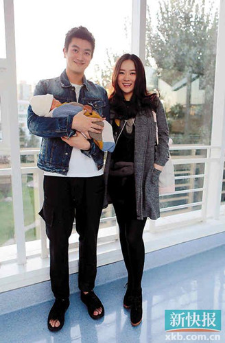 霍思燕首抱儿子亮相与老公一同拍摄全家福(图)